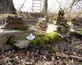 Pozostałości po nagrobkach i krzyżach żeliwnych