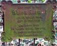 Zeliwna tabliczka inksypcyjna na ogrodzeniu