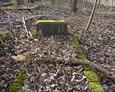 Jedna z kamiennych ram wyznaczająca grób