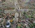 Połamany kamienny krzyż na ukraińskiej mogile