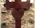 Damnica - cmentarz komunalny (zdobiony krzyż żeliwny z sercem pośrodku)