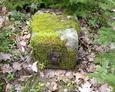 Przewrócona kamienna podstawa pod krzyż
