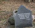 Kamień z inskrypcją pochodzącą ze Starego Testamentu