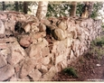 Zagórzyca - kamienne ogrodzenie wokół kościoła zbudowane z kamieni nagrobnych