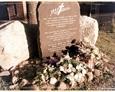 Zagórzyca - granitowy pomnik ku czci pochowanych na dawnym cmentarzu mieszkańców wsi w latach 1485-1948