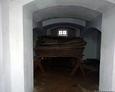 Wnętrze krypty grobowej z ułożonymi trumnami (stan z marca 2016 roku)