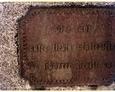 Charbrowo - żeliwna tabliczka pamiątkowa przytwierdzona do kamienia