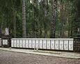Szereg grobów z nawiskami pomordowanych Polaków