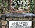 Obelisk z tablicą ku czci pomordowanych
