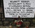 Napis poświęcony pamięci pomordowanych Polaków