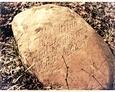 Kamień nagrobny z inskrypcją pamiątkową na cmentarzu w Dziechlinie