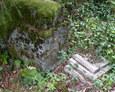 Fragmenty zniszczonych nagrobków