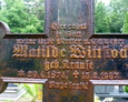 Doskonale widoczna inskrypcja znajdująca się na żeliwnym krzyżu