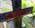 Ponowne użycie żeliwnego krzyża, którego pierwotna inskrypcja została zamazana