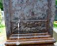 Widoczna inskrypcja Herberta Peglowa na żeliwnym krzyżu