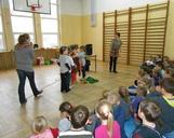 Koledzy ubierają naszą szkolną choineczkę.