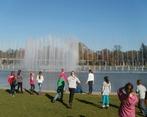 Zachwyceni widokiem fontanny.