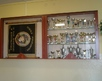 korytarz szkolny - gablota z sztandarem szkoły
