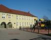 widok na plac zabaw przy szkole