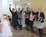 Grono pedagogiczne radośnie sie bawiło razem z uczniami.