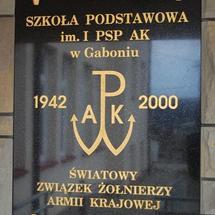 Tablica upamiętniająca nadanie szkole imienia I Pułku Strzelców Podhalańskich Armii Krajowej