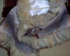 Etola: tkanina wełniana, obszycie z naturalnych skór (lis polarny), ręcznie malowane ornamenty secesyjne