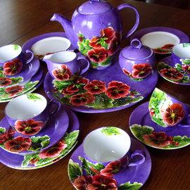 Serwis kawowy: dzbanek, 6 filiżanek, 6 spodków, cukiernica, duży talerz, motyw kwiatowy: bratki, cena: 700 PLN