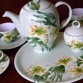 Serwis kawowy: dzbanek, 6 filiżanek, 6 spodków, cukiernica, duży talerz, motyw kwiatowy: lilie, cena: 700 PLN
