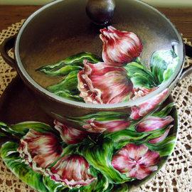 Waza - 120 PLN, duży talerz (średnica 30 cm) - 60 PLN, motyw: tulipany