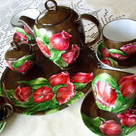 Serwis kawowy: dzbanek, 6 filiżanek, 6 spodków, cukiernica, duży talerz, motyw kwiatowy: tulipany, cena: 700 PLN