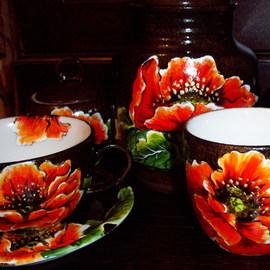 Komplet naczyń: filiżanka ze spodkiem, cukiernica, kubek, pojemnik na kawę, motyw kwiatowy: maki