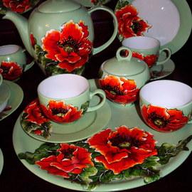 Serwis kawowy: dzbanek, 6 filiżanek, 6 spodków, cukiernica, duży talerz, motyw kwiatowy: maki, cena: 700 PLN