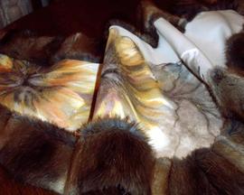 Etola: tkanina wełniana, obszycie z naturalnych skór (dzika norka), ręcznie malowane ornamenty kwiatowe, cena: 350 PLN