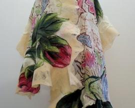 BARDZO DUŻY SZAL, FILCOWANY NA MOKRO Z WEŁNY MERYNOSÓW, w połączeniu z ręcznie malowanym jedwabiem - batik