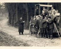 Mieszkańcy przy budowie drogi