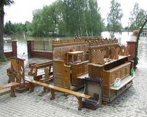 ławki z zalanego kościoła