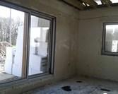 Stan surowy zamknięty. Widok na kuchnię i salon.