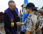 ks. kmdr por. Adam Bazylewicz (proboszcz) otrzymuje odznakę i laur wdzięczności - Fot. Marcin Królikowski