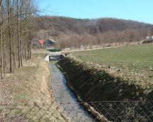 """rzeka Kalinianka,na wprost """"Góra Pawłowa"""", po prawej stronie znajdowały sie kiedyś zabudowania dworskie"""