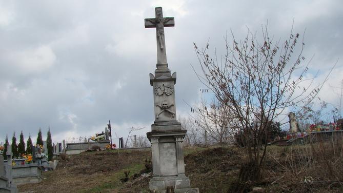 Stary Krzyż na cmentarzu