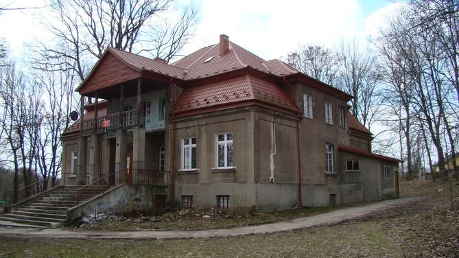Stary dwór-obecnie biblioteka