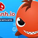 """Przetrwaj jak najdłużej, jedząc pływaków i mniejsze ryby. Ale pamiętaj: rozmiar nie jest wszystkim w Piranh.io. Nawet najmniejsza pirania może pokonać największego rekina dzięki POWERUPS! Użyj elektryczności, by zatopić swoich wrogów. Naładuj działko laserowe, idź do """"Pew ławki"""" i pokonaj wszystkich!"""