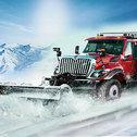 Drogi są zablokowane z powodu obfitych opadów śniegu i musisz wyczyścić jezdnie, prowadząc ciężarówkę i ciężką koparkę, i przenieść się usunąć śnieg z drogi i oczyścić ścieżkę