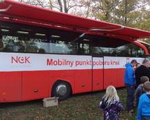 Czerwony bus zachęcał do oddania krwi . . .
