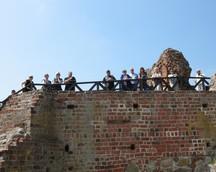 Obok zwiedzamy stare ruiny