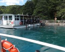 Płyniemy stateczkiem z napędem elektrycznym na drugi brzeg dużego zalewu
