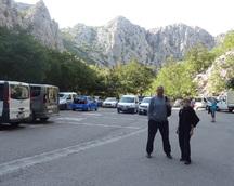 Parking wewnętrzny - liczne samochody przywiozły sporo turystów