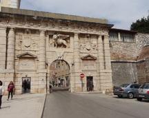 Stara brama niewątpliwie jest ozdobą miasta
