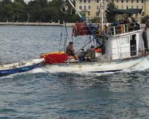 Lokalni rybacy wracają z połowów