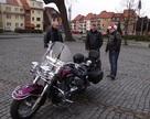9:45 pierwsi Moto-Mikołje przed Ratuszem w Chojnie.